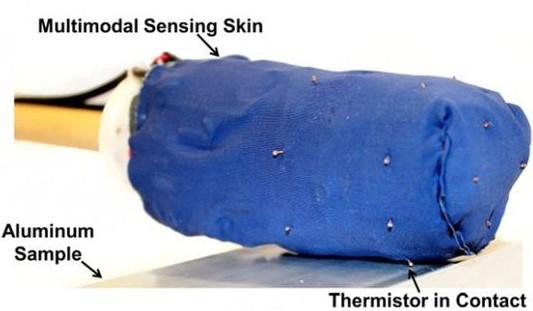 如果在机器人身上安置了一个温度传感器,机器人就能告诉你,它们触摸的物体表面到底是热的还是冷的。也就是说,通过和传统力量感应器的结合,复合触摸传感器可帮助机器人识别物体的组成。