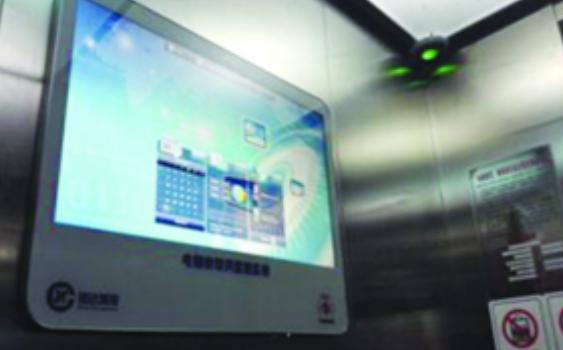 这类物联网电梯,外观和普通电梯无异,但比普通电梯多三样东西,分别是:小匣子(传感器)、探头(安抚摄像头)、电视机(可进行视频播放和语音对话的发布终端)。