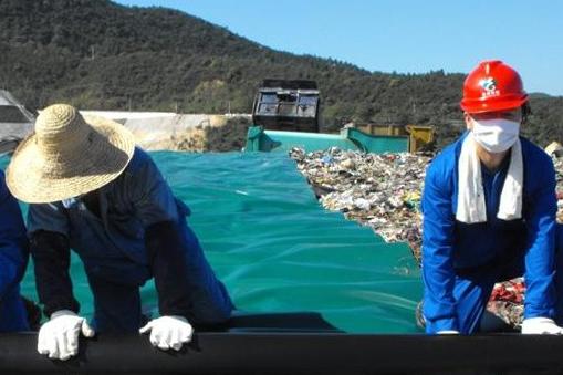 作为人类日常活动后的遗留物,垃圾的处理问题一直都是个社会性的难题。其中,地下掩埋是最早出现的,同时也是最常用的几种主要垃圾处理方式之一,被广泛应用于世界各个不同的国家和地区。