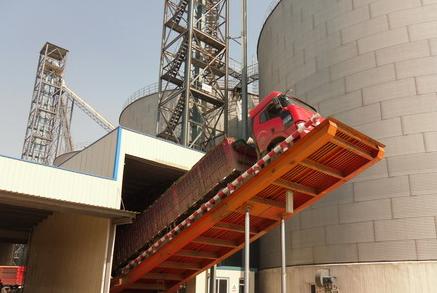 汽车快速卸车机是根据水泥厂、粉磨站等场合的特点,具有卸车方便、可靠、快捷,节省人力、减轻工人劳动强度,改善劳动条件,减少对环境的污染,降低生产的成本。