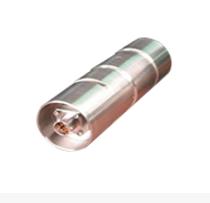 销轴传感器实际上就是一根承受剪力作用的空心截面圆轴,双剪型电阻应变计粘贴在中心孔内凹槽中心的位置上,有两种组桥测量方式,即两个凹槽处的双剪型电阻应变计共同组成一个惠斯通电桥,或分别组成惠斯通电桥再并联进行测量。