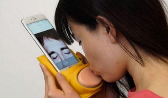 为让身处两地的夫妻或情侣能够通过网络接吻,研究者发明了一种名为Kissinger的小装置。