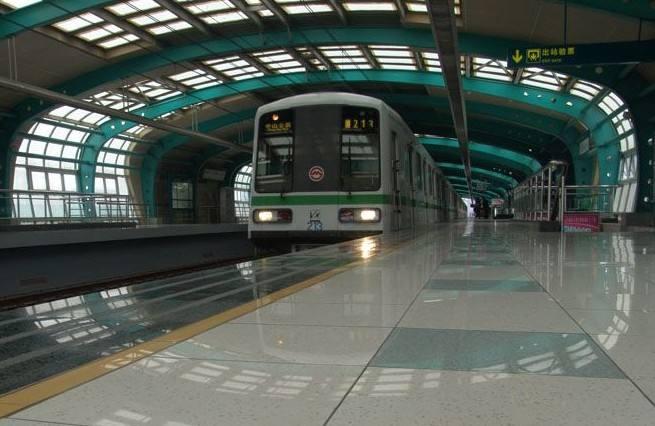铁成为人类利用地下空间的一种有效形式,充分缓解了城市的地面交通,以其运量大,准时性好,快速安全,交通效率高,利于环保等优点,成为现代城市地下空间建设的重点。