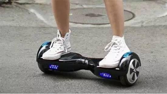智能平衡车的工作原理被称为动态平衡原理,该原理采用运动补偿算法,利用其内部的陀螺仪和加速度传感器