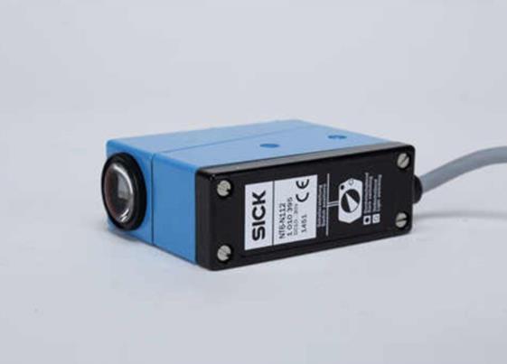 色标传感器属于颜色传感器的一种,能够对各种标签进行检测,即使是背景颜色细微的差别也能检测到,处理速度快。自动适应波长,能够检测灰度值的细小差别,与标签和背景的混合颜色无关。