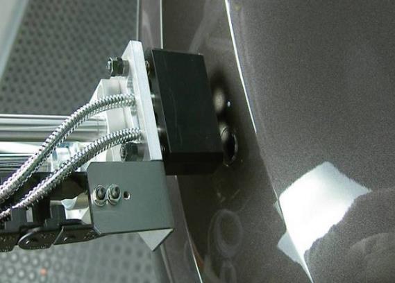 RGB颜色传感器对相似颜色和色调的检测可靠性较高。它是通过测量构成物体颜色的三基色的反射比率实现颜色检测的。由于这种颜色检测法精密度极高,所以RGB传感器能准确区别极其相似的颜色,