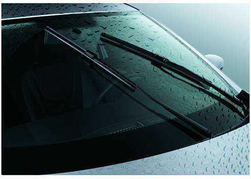 雨量传感器主要是用来检测是否下雨及雨量的大小。当汽车在雨雪天等恶劣天气下行车时,由雨量传感器向微电脑提供信号,微电脑自动调整前照灯的宽度、远近度,明暗度;同时天窗系统也会自动关闭车窗。