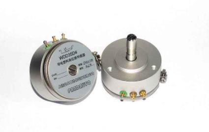 角度传感器用来检测角度的。它的身体中有一个孔,可以配合乐高的轴。当连结到RCX上时,轴每转过1/16圈,角度传感器就会计数一次。往一个方向转动时,计数增加,转动方向改变时,计数减少。