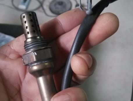 氧传感器,英文名称为lambdasensor,主要利用Nernst原理来减少排气污染,考虑到环境方面的因素,氧传感器现在已作为汽车上的标准配置而存在。