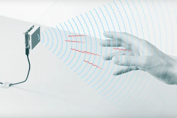 近日,美国科技巨头谷歌得到美国联邦通讯管理局(FCC)批准,允许其部署一款基于雷达的动作感应设备。并且他们还授权谷歌能够以高于目前的功率运行Soli传感器。这些传感器将可以运行在飞机上。