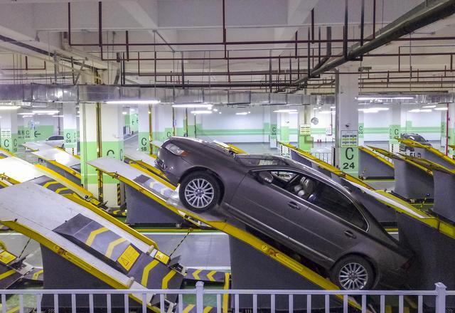 据新华社报道,平面斜置式智能停车库示范项目日前在重庆市南岸区的中国智谷·重庆科创中心交付使用。
