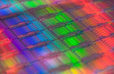 据麦姆斯咨询报道,法国原子能委员会电子与信息技术实验室(CEA-Leti)开发出了一种采用中红外硅光子学技术的下一代光学化学传感器原型,可以集成在智能手机和其它便携式设备中。