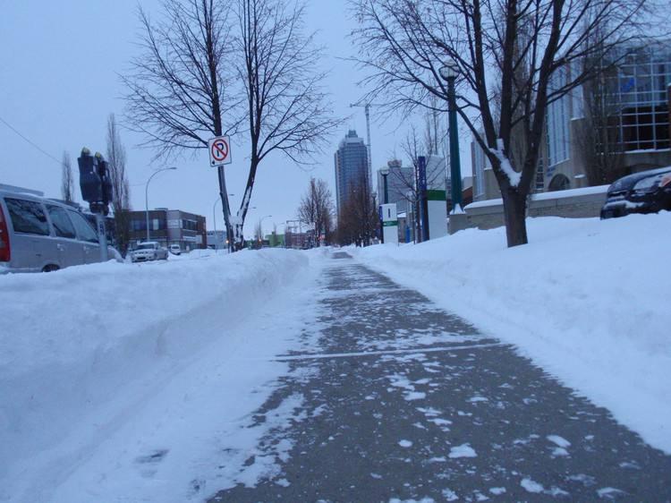 据报道,北京12日降雪后首次启用高速公路降雪结冰预警系统。系统根据路面传感器提供的数据,科学分析后有针对性地安排除雪作业。