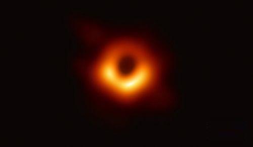 人类获得的首张黑洞照片于本月10日面世。这一重大科学成果由全球多国科研人员历经数年合作完成。那么,这张照片在科学上有多重要?拍到黑洞照片有多难?中国又发挥了什么作用?