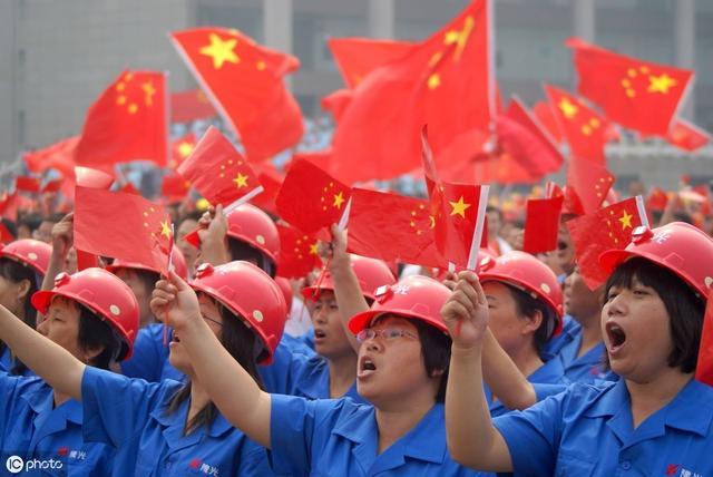 2019年是五四运动100周年,也是中华人民共和国成立70周年。在这个具有特殊意义的历史时刻,习近平总书记在纪念五四运动100周年大会上深切缅怀五四先驱崇高的爱国情怀和革命精神,高度评价了五四运动的历史意义,明确提出了新时代发扬五四精神的重要要求,深情寄语当代青年。